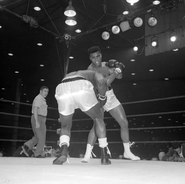 1964. február 25-én került sor élete első profi világbajnoki mérkőzésére. Sonny Listont ellen a 7. menetben kiütéssel győzött.