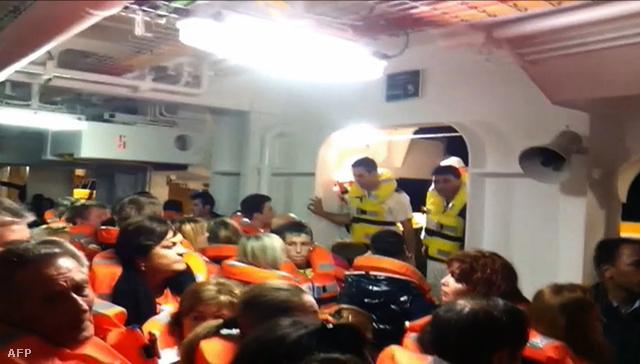 Az olasz Sky TV által közölt amatőr felvételen a Costa Concordia utasai és legénységének tagjai mentőmellényben várakoznak a mentőcsónakokra röviddel az ütközés után