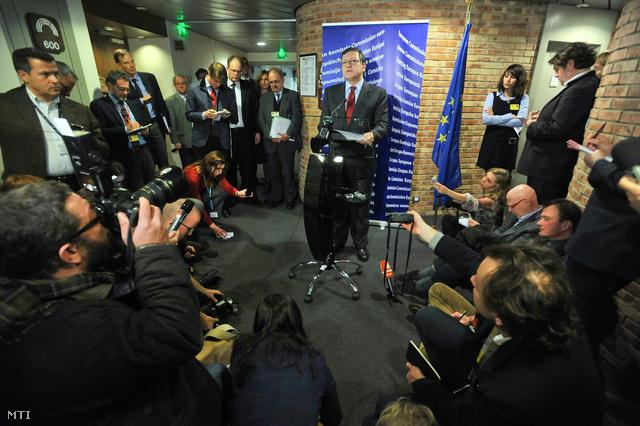 José Manuel Barroso, az Európai Bizottság elnöke sajtótjáékoztatót tart a bizottság ülése után, amelyen bejelentette, hogy az Európai Bizottság három kötelezettségszegési eljárást indít Magyarország ellen.