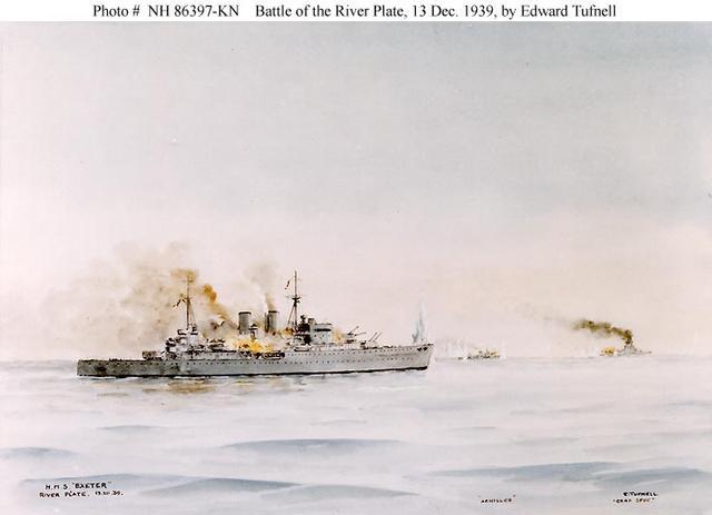 Előtérben az égő Ajax, hátul a Graf Spee