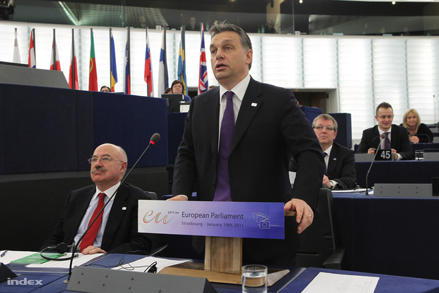 Orbán az európai parlamenti vitában engedett