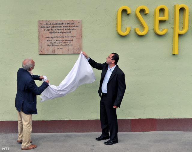 László Ábel  csepeli alpolgármester leleplezi az emléktáblát az 50 éves a Csepeli strandon