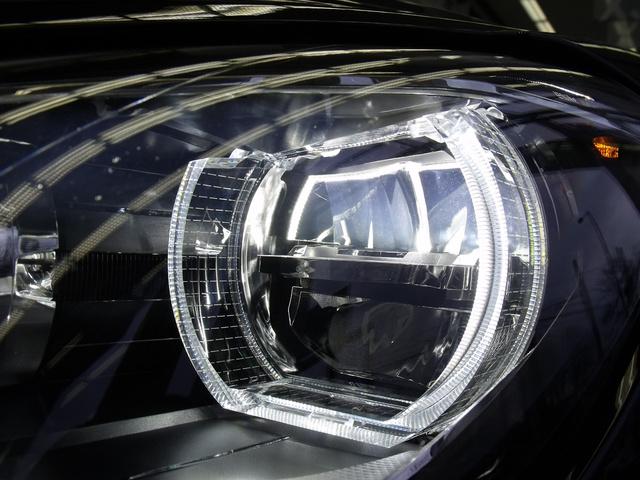 Tompított fény a parabolatükrös LED fényszóróban.