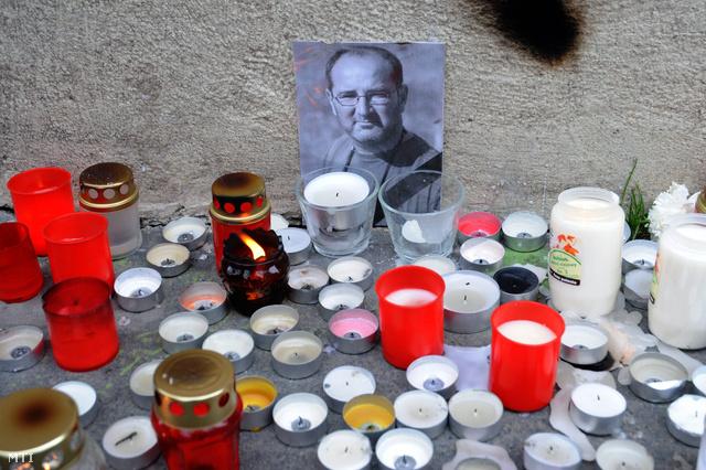 Mécsesek Fábián Tamás 53 esztendős geográfus portréja előtt a Szegedi Tudományegyetem egyik épületénél.