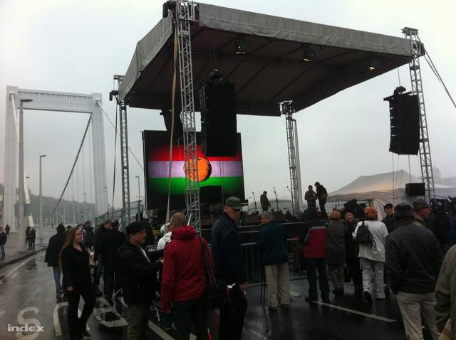 Az Egymillióan A Sajtószabadságért csoport október 23-i színpada az Erzsébet hídnál