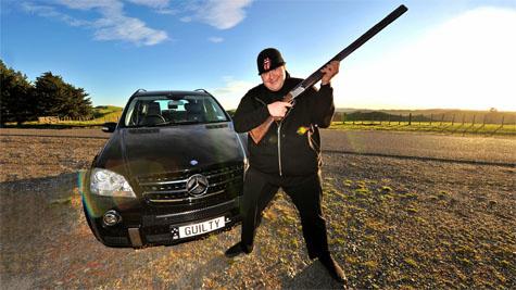 Kim Dotcom a GUILTY rendszámú Mercedessel (A képre kattintva képeket láthatnak Schmitz lefoglalt autóiról)