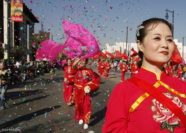 Aranysárkány-felvonulás Los Angeles kínai negyedében