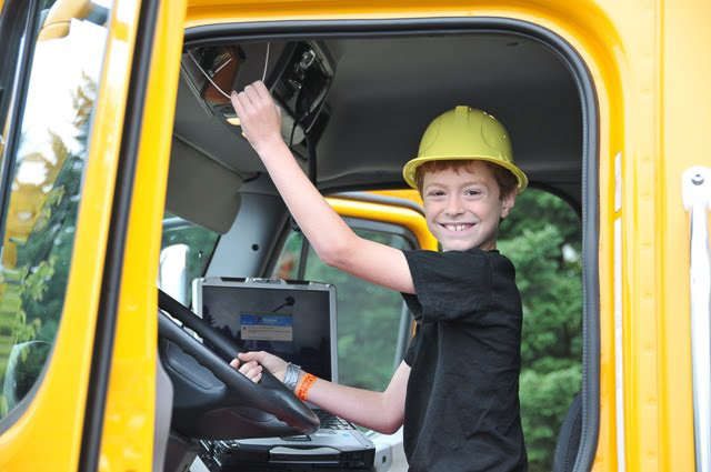 A jövő kamionosának már a gép szúrhatja ki a jócsajokat. Neki csak dudálnia kell