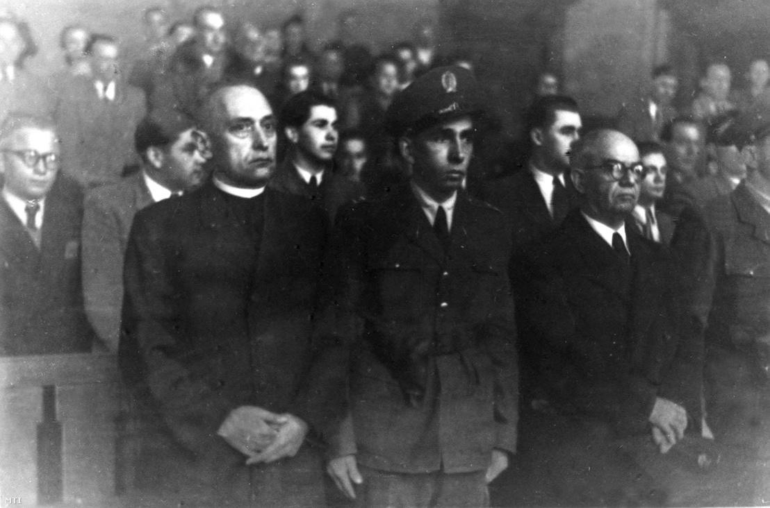 Mindszenty József hercegprímás (b) 1949 februárjában a bíróság elött.