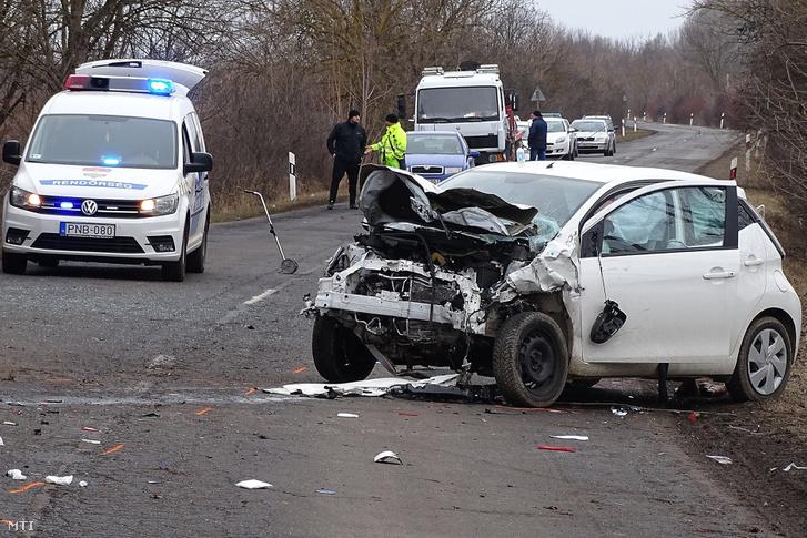 Ütközésben összetört személygépkocsi Gyula és Sarkad között 2019. február 3-án. A 4219-es számú úton két személyautó ütközött, a balesetben az egyik járművezető a helyszínen meghalt.