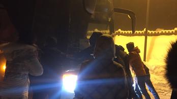Törött buszt, csak románul beszélő sofőröket kaptak az utazási irodától, aztán elakadtak a hóban
