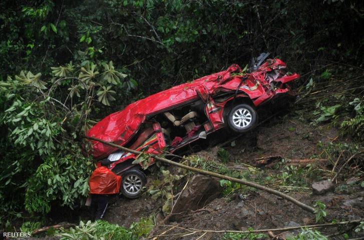 Heves esőzés miatti földcsuszamlásban összetört autó a bolíviai El Choro közelében, a La Paz és Caranavi közti autópályaszakasznál, Bolíviában 2019. február 3-án