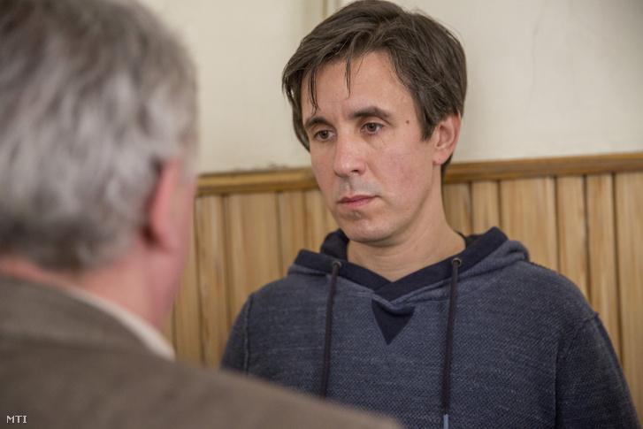 Czeglédy Csaba (j) a Szegedi Járásbíróság folyosóján ügyvédjével, Hankó-Faragó Miklóssal beszélget 2018. április 4-én
