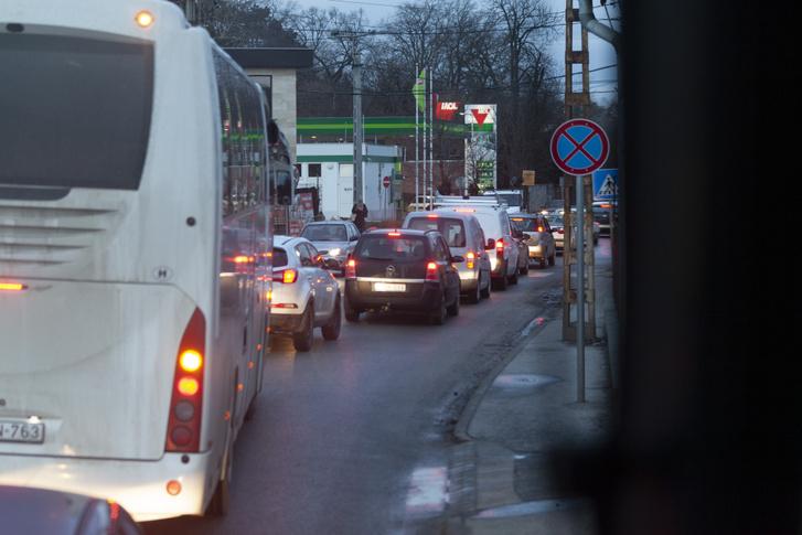 Pécelen az Isaszegi út és a Baross utca kereszteződésénél 8 óra előtt dugó alakult ki, ami feltartotta a pótlóbuszokat is.
