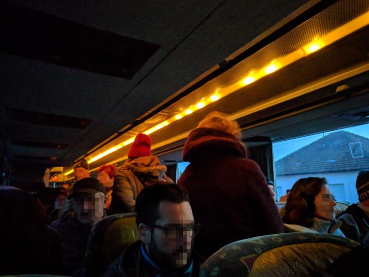 Isaszegen hömpölygött a tömeg a megállóban, emiatt sokan állni kényszerültek a buszon