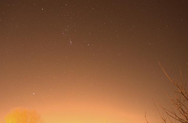 Az Orion csillagkép enyhén fényszennyezett városi égbolton