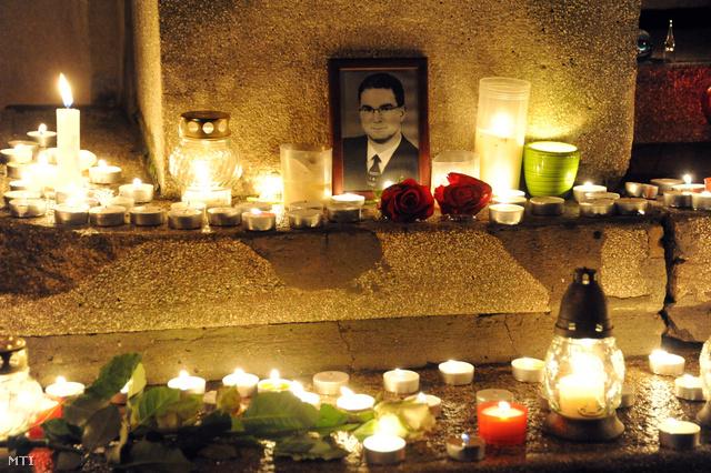 Mécsesek Szabad Gábor portréja előtt a Szegedi Tudományegyetem Bőrgyógyászati és Allergológiai Klinikájának bejáratánál.