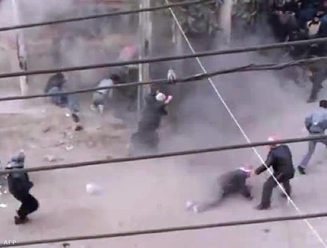 Katonák lövik a tüntetőket Duma  városában, Damaszkusztól északra