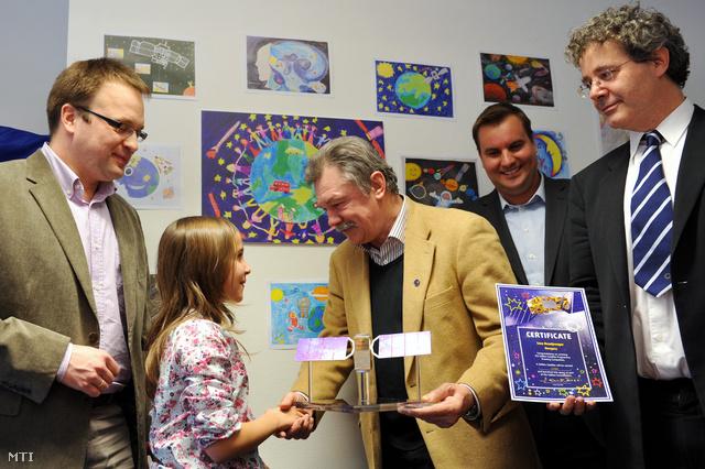 Farkas Bertalan átadja az elismerést a Galileo-rajzpályázat hazai győztesének