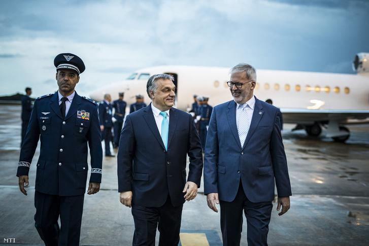 A Miniszterelnöki Sajtóiroda által közreadott képen Orbán Viktor miniszterelnök (k) érkezik Brazíliavárosba 2018. december 31-én este. A miniszterelnök január 1-jén Jair Bolsonaro megválasztott brazil elnök beiktatásán vesz részt.