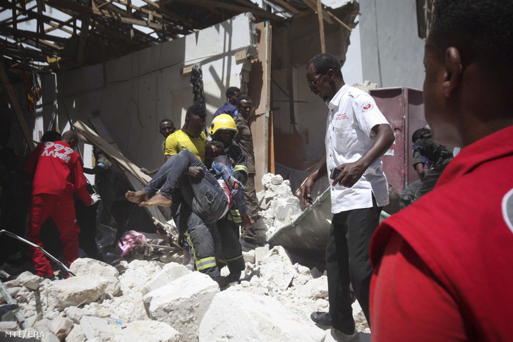 Áldozatot visz karjában a mentőegység tagja egy bevásárlóközpontnál a szomáliai fővárosban, Mogadishuban