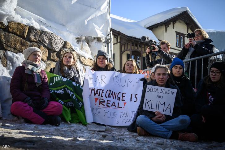 Greta Thunberg (balra) tüntet iskolatársaival a davosi Világgazdasági Fórumon 2019. január 25-én
