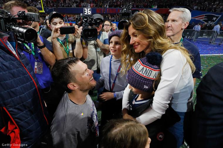 A képen balról Tom Brady amerikaifutballista látható, a New England Patriots nevű csapat 12-es számú játékosa