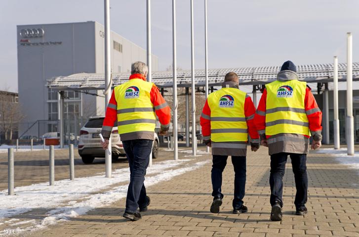 Az Audi Hungária Független Szakszervezet (AHFSZ) vezetői a szakszervezet által meghirdetett egyhetes sztrájk megkezdéséről tartott sajtótájékoztató után a győri Audi Hungaria Zrt. épülete előtt 2019. január 24-én.