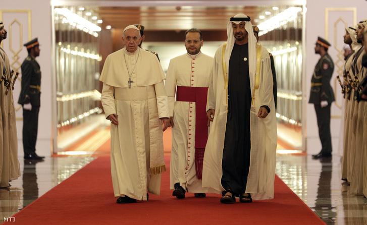 Ferenc pápát (b) fogadja Mohamed bin Zájid ál-Nahajan sejk, az Egyesült Arab Emirátusok uralkodója (j) Abu-Dzabi repülőterén 2019. február 3-án.