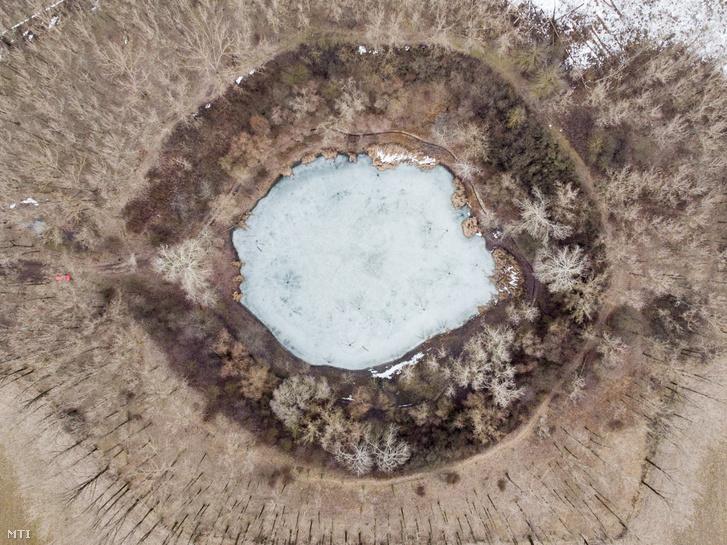 Az 1961-es gázkitörés nyomán létrejött, befagyott Kráter-tó a Hajdú-Bihar megyei Nagyhegyes közelében 2019. február 4-én