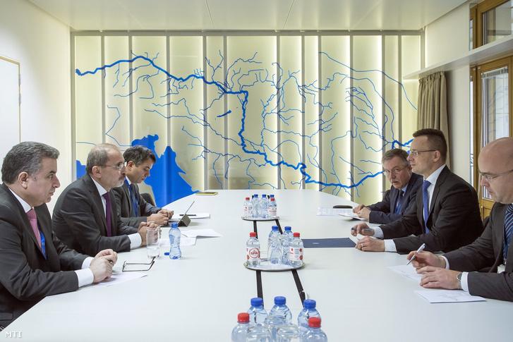 A Külgazdasági és Külügyminisztérium által közreadott képen Szijjártó Péter külgazdasági és külügyminiszter (j2) és Ajmán Szafadi jordániai külügyminiszter (b2) kétoldalú találkozója az uniós tagállamok és az Arab Liga országainak külügyminisztereinek tanácskozása keretében Brüsszelben 2019. február 4-én.