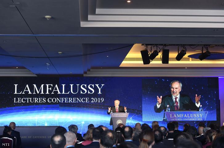 Ewald Nowotny, az osztrák központi bank elnöke beszédet mond a Lámfalussy-konferencián a Budapest Marriott Hotelben 2019. február 4-én