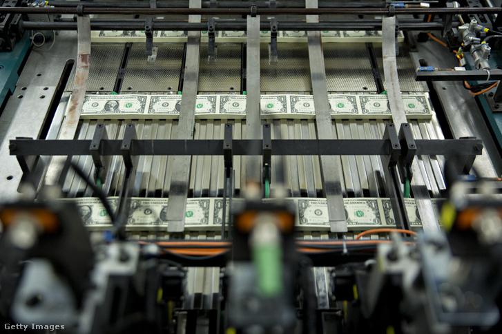 Egy dolláros bankjegyeket nyomtató gép Washingtonban, 2017. november 15-én.