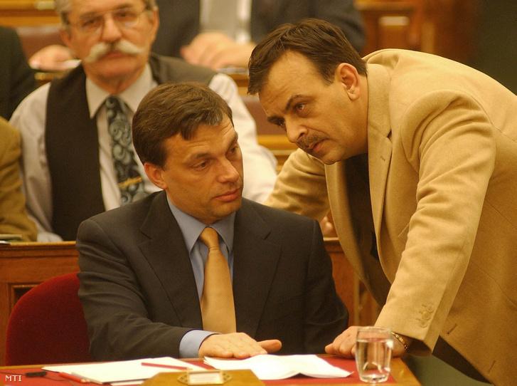 Varga István, az MDF országgyűlési képviselője és Orbán Viktor miniszterelnök 2002-ben