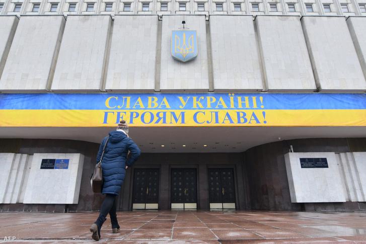 Nő sétál a kijevi Központi Választási Bizottság épületébe 2019. február 4-én