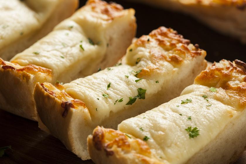 Ropogós, fokhagymás-sajtos kenyér: edd még melegen