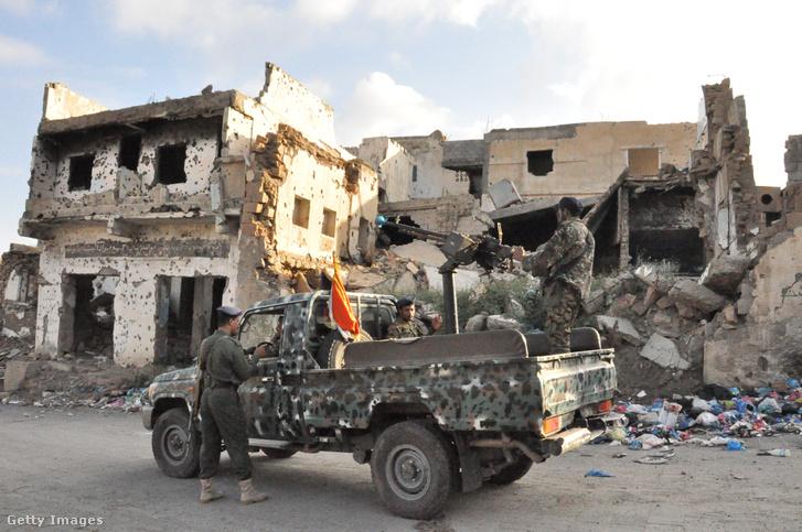 Katonák tartanak biztonsági ellenőrzést Taiz városában 2018. december 23-án.