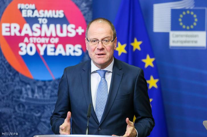 Navracsics Tibor, az Európai Bizottság kulturális, oktatási, ifjúságpolitikai és sportügyekért felelős tagja sajtótájékoztatót tart a bizottság brüsszeli székházában 2017. november 30-án abból az alkalomból, hogy 30 évvel korábban indult meg az Európai Unió oktatási, képzési, ifjúsági és sportprogramja, az Erasmus