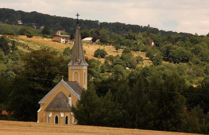 A falu hegyoldali fekvése különlegesen szép. A területet az itt talált leletek alapján már a római korban lakták, 1279-ben említették először írásos formában villa Chak néven.