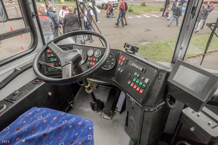 Egy Ikarus 263-as típusú autóbusz vezetőfülkéje