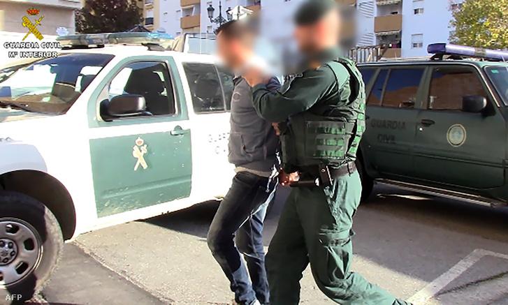 A spanyol rendőrség a Marverick II elnevezésű műveletben őrizetbe vesz egy embert Costa del Solon 2019. február 5-én