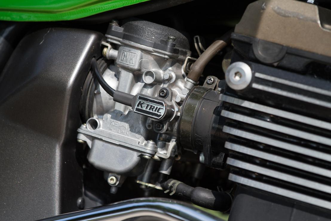 A K-TRIC rendszer figyeli a fojtószelep állását, és kommunikál a motorvezérlővel