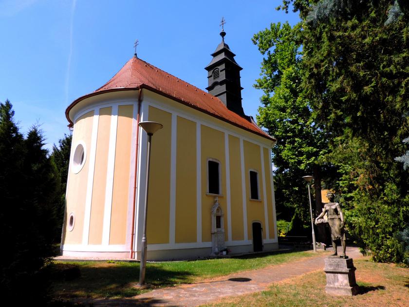 A balfi gyógyfürdő parkjában áll az impozáns, késő barokk stílusú Szent József-fürdőkápolna, mely az 1700-as években épült, tele szebbnél szebb szobrokkal és freskókkal.