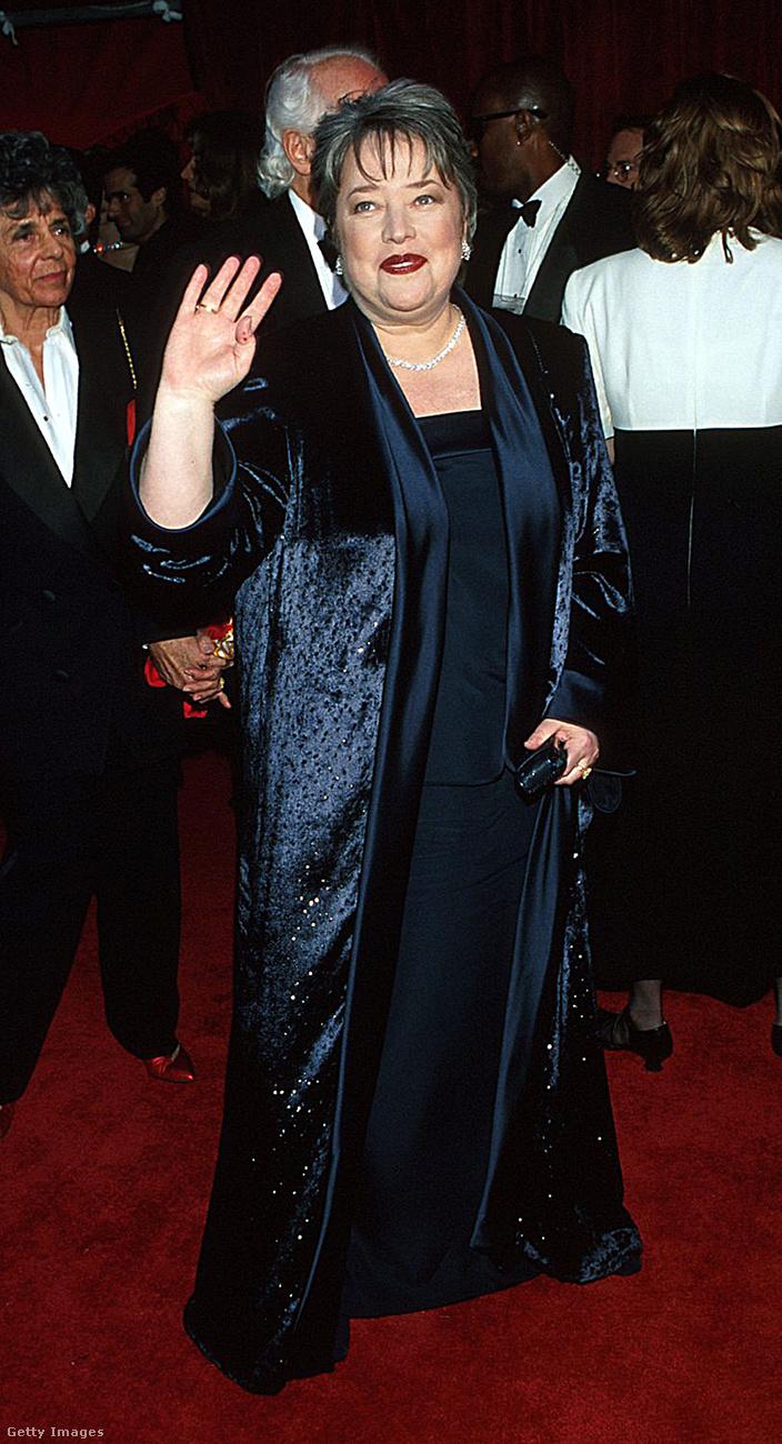 Ez a kép az 1998-as Oscar-gálán készült Kathy Batesről, aki akkor a Titanic miatt vett részt a díjkiosztón