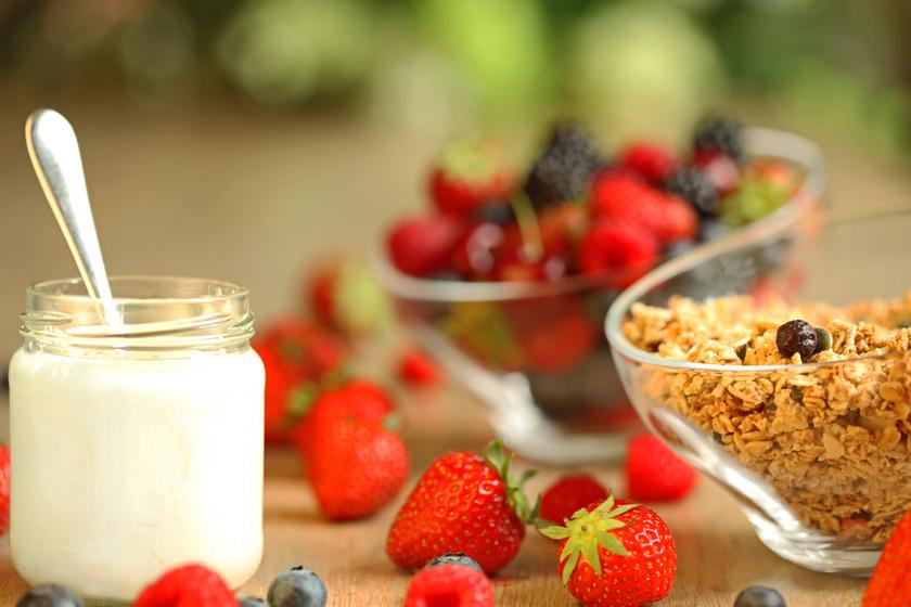 Két kanál natúr, görög joghurt hozzáadásával plusz 3 gramm fehérjéhez juthatsz. Hogy mi szól a joghurt fogyasztása mellett és ellen a diétában, korábbi cikkünkben részletezzük.