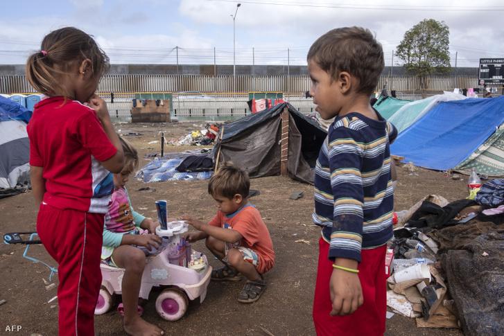 Gyerekek az Egyesült Államokba tartó migránskaravánból