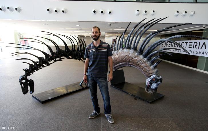 Pablo Gallina argentín paleontológus a Bajadasaurus replikája mellett