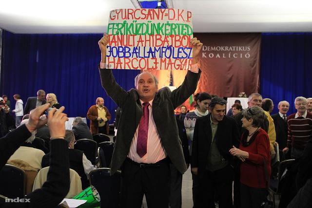 Egy támogató kézműves transzparens