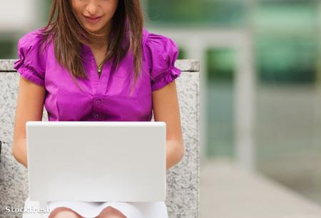 stockfresh 433921 businesswoman-using-laptop-outdoors sizeM