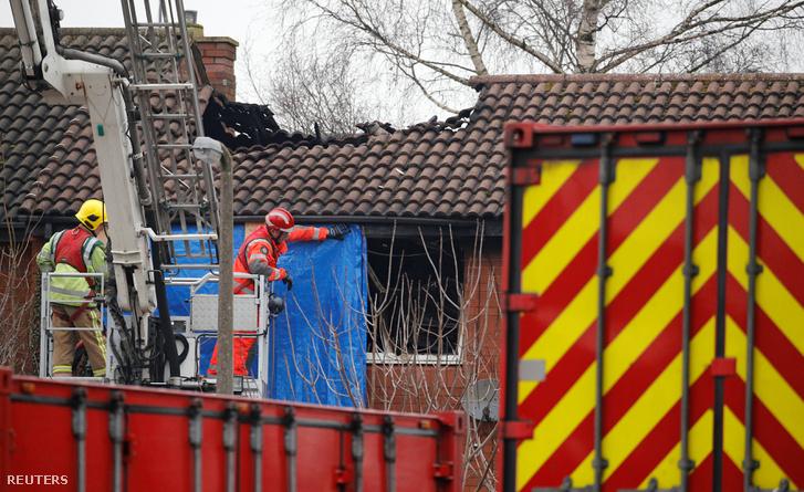 Tűzoltók dolgoznak a részben leégett staffordi házon 2019. február 5-én